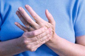 С чем может быть связано онемение рук